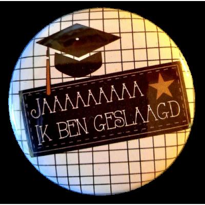Button 56mm met tekst '' Jaaaa ik ben geslaagd'' geruit met uiltje.