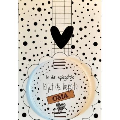 Spiegel 75mm met kaart met tekst In dit spiegeltje kijkt de liefste OMA.